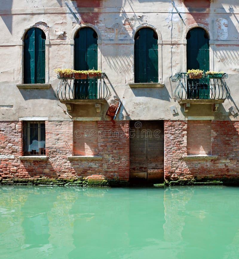 站立在水中的老威尼斯式房子 图库摄影