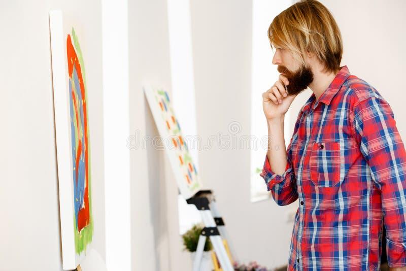 站立在画廊和冥想的人 免版税库存照片