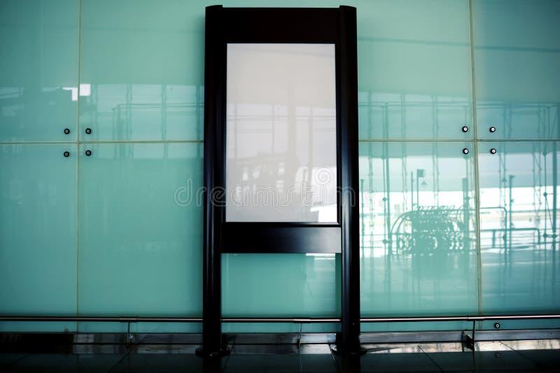 站立在购物中心的Ð  dvertising的广告牌 库存照片