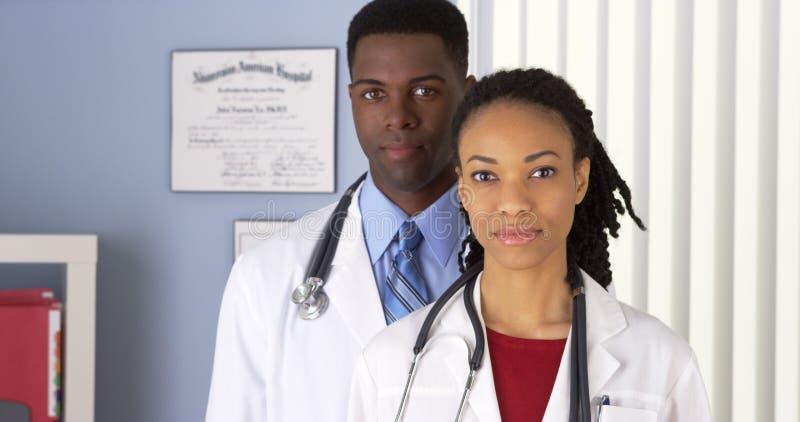 站立在医院办公室的非裔美国人的医生 免版税图库摄影