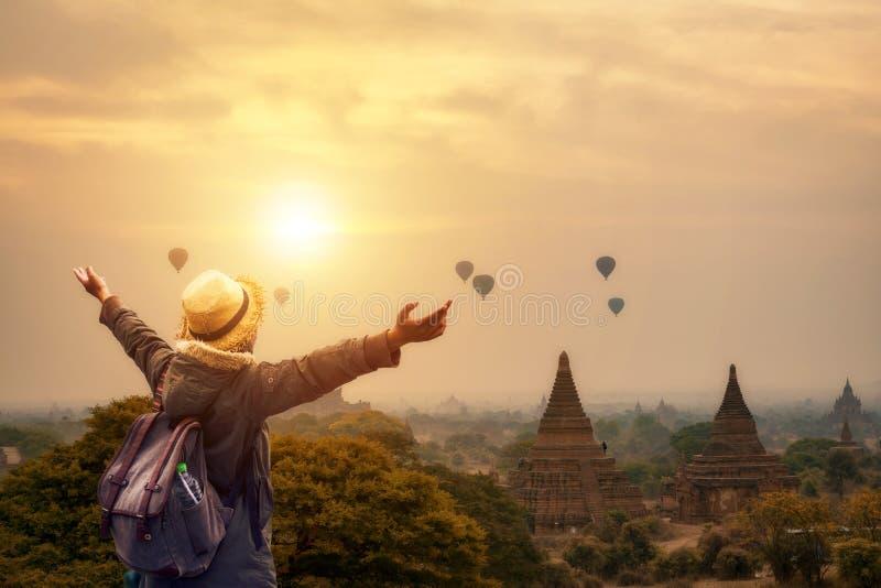 站立在Bagan塔的自由旅游行家妇女在Mandal 库存照片
