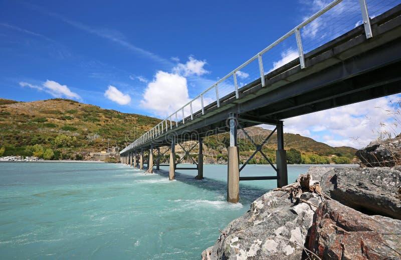 站立在Mt白色桥梁下 图库摄影