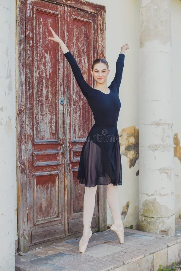 站立在pointe的俄国美丽的女孩跳芭蕾舞者 库存图片
