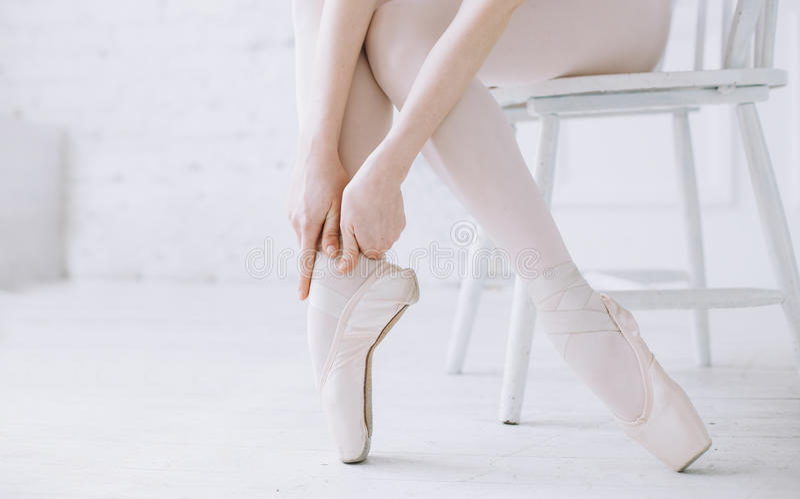 站立在poite的年轻芭蕾舞女演员在芭蕾类的纬向条花 免版税图库摄影