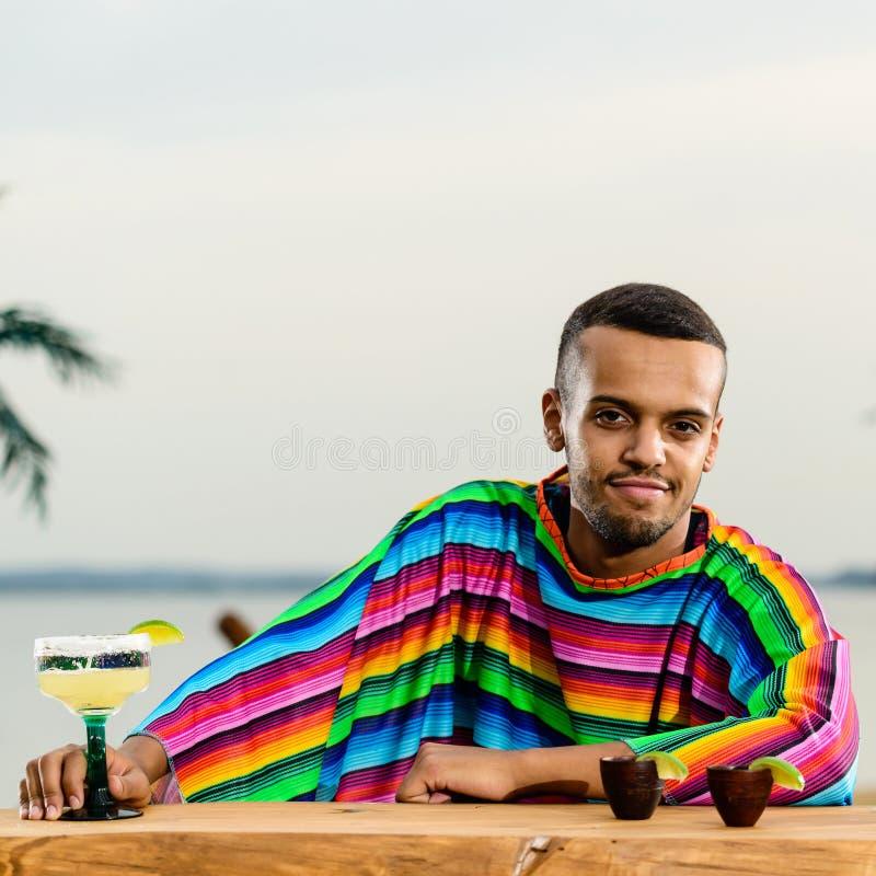 站立在Th的英俊的正面墨西哥侍酒者正面图  库存照片
