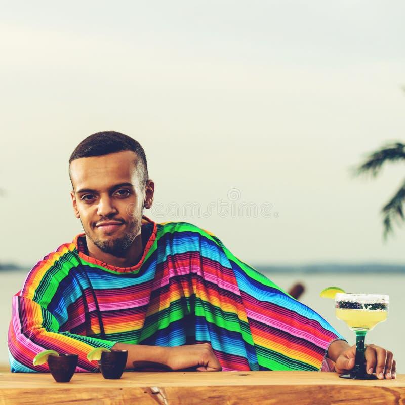 站立在Th的英俊的正面墨西哥侍酒者正面图  免版税图库摄影