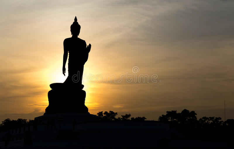 站立大菩萨的剪影在Phutthamonthon 免版税图库摄影