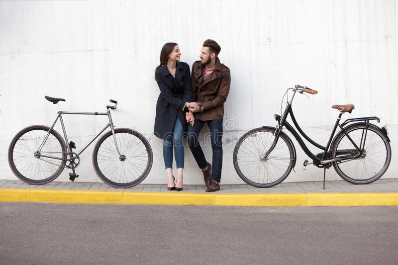 站立对墙壁和拥抱的年轻夫妇 免版税图库摄影