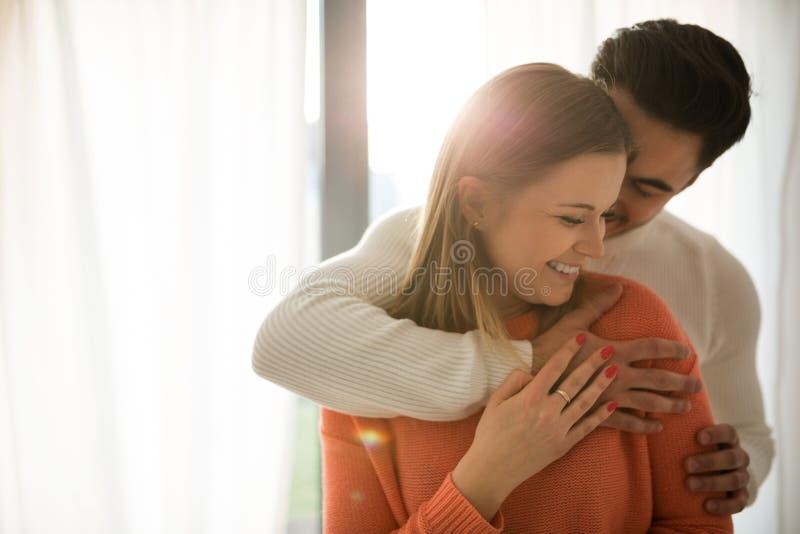 站立愉快的夫妇一起拥抱 免版税库存图片