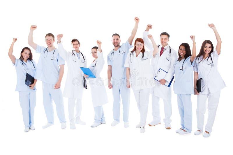 站立成功的医疗队欢呼 免版税库存图片