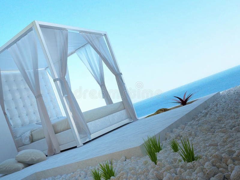 站立户外有海景视图的白色有四根帐杆的卧床床 免版税图库摄影