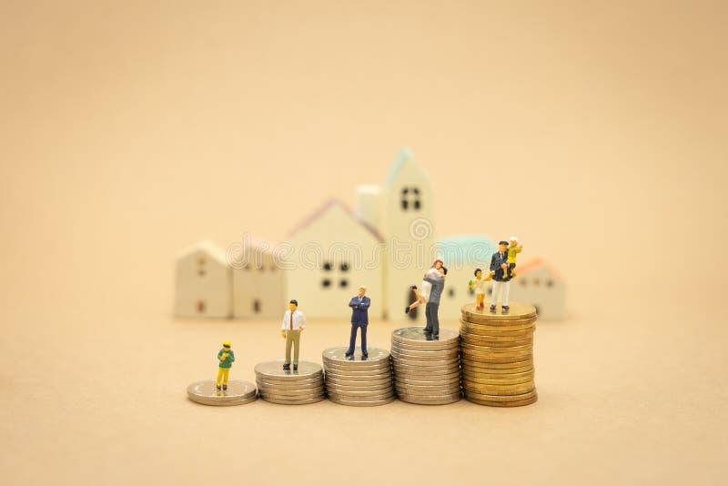 站立投资分析或投资的微型人商人 概念的是在worl的第一事务 免版税库存图片