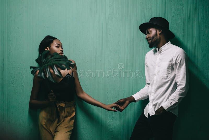 站立接近彼此的美好的年轻非洲夫妇 免版税库存照片