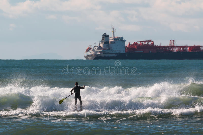 站立明轮轮叶, paddleboarding的人 免版税库存图片
