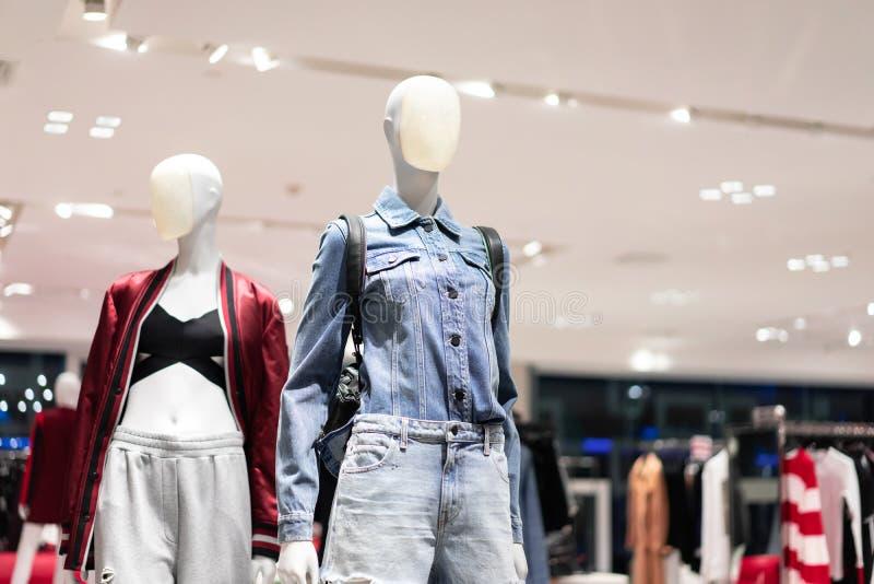 站立显示购物中心的母时装模特便衣商店 库存照片