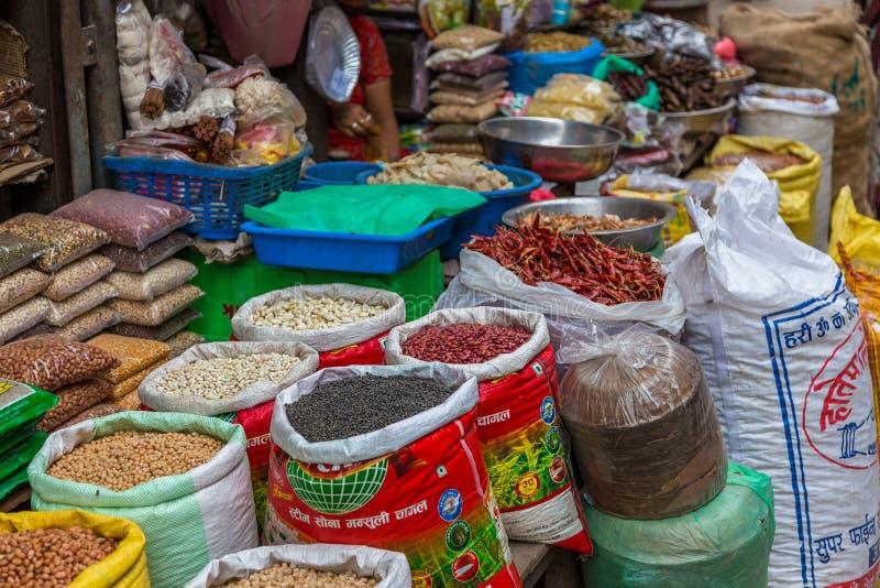站立用在加德满都,尼泊尔街道上的地方食物  库存照片