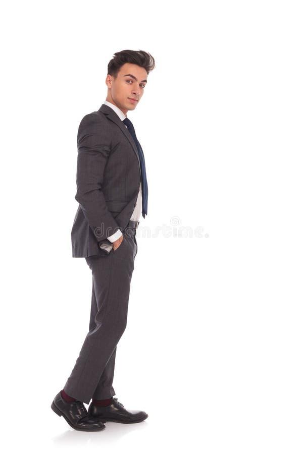 站立用在口袋的手的轻松的商人 库存照片