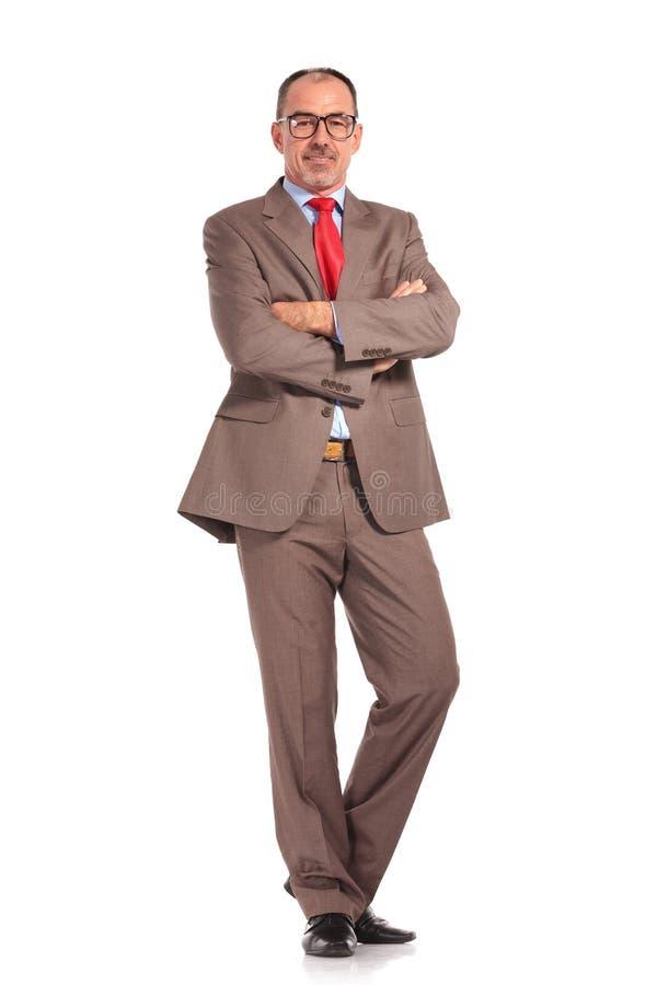 站立用手的老愉快的商人横渡 库存照片