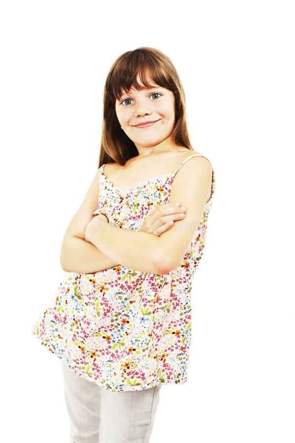 站立用被折叠的手的一个逗人喜爱的女孩的画象 免版税库存照片