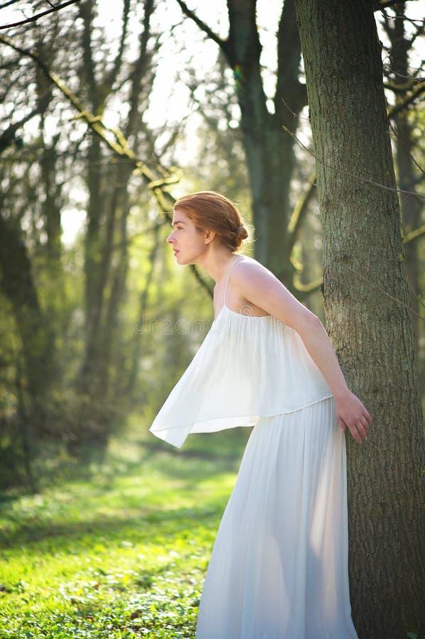 站立白色的礼服的典雅的时尚新娘户外 库存图片