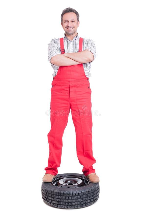 站立的技工感到骄傲和确信在车轮 库存图片