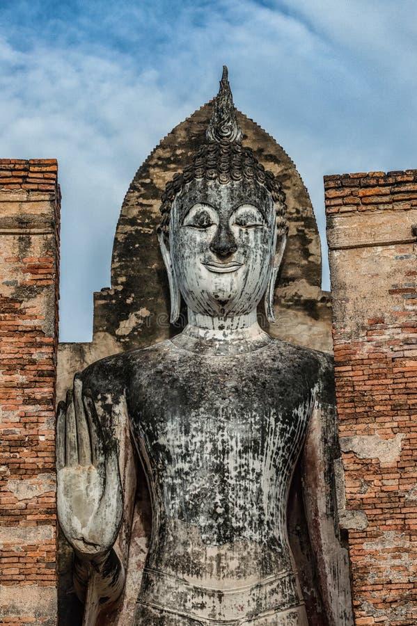 站立的菩萨图象在Sukhothai,泰国 免版税库存照片