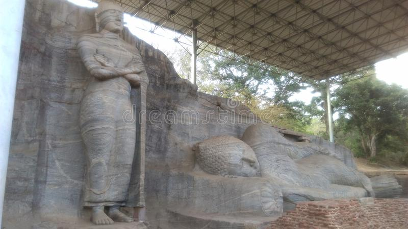 站立的菩萨雕象和斜倚的菩萨雕象在Gal Vihara在Polonnaruwa斯里兰卡 库存照片