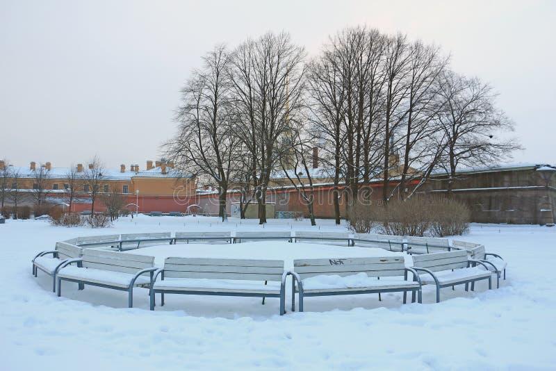 站立的长凳,用雪盖 免版税库存照片