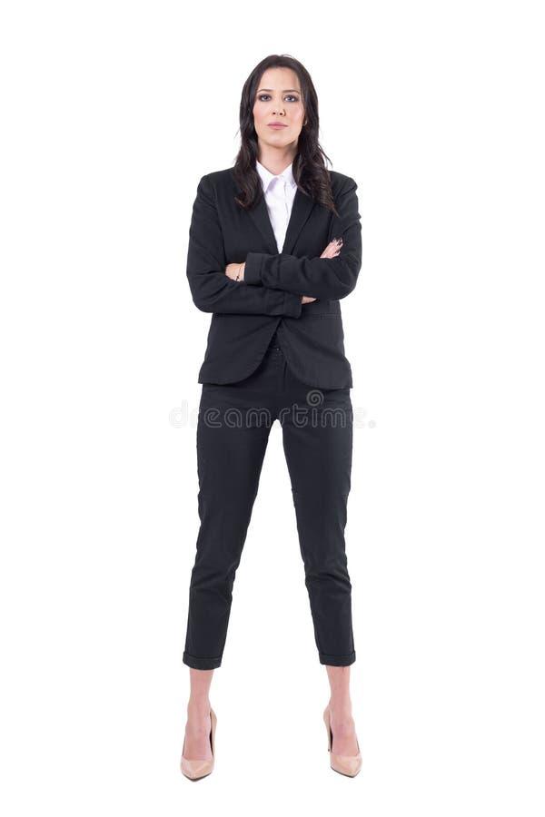 站立直接与横渡的胳膊的成功的确信的女商人经理看照相机 免版税库存图片