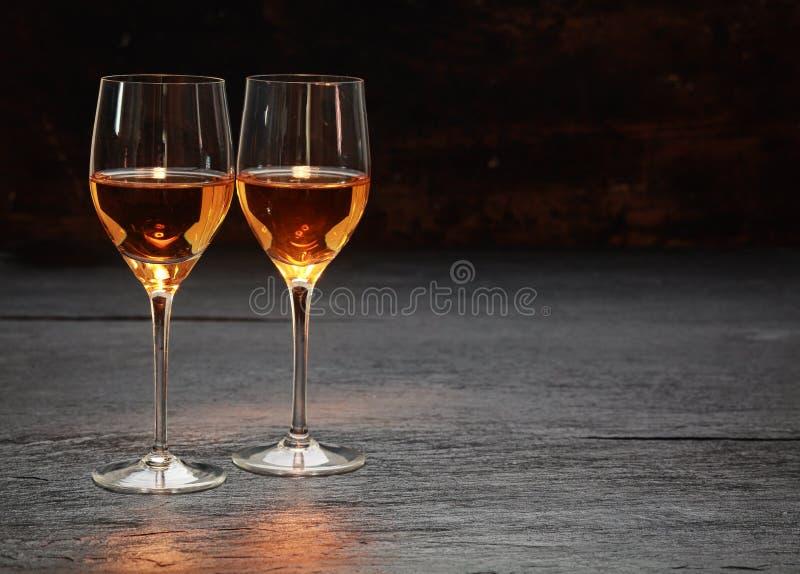 站立石表面上的两个酒杯 免版税库存照片
