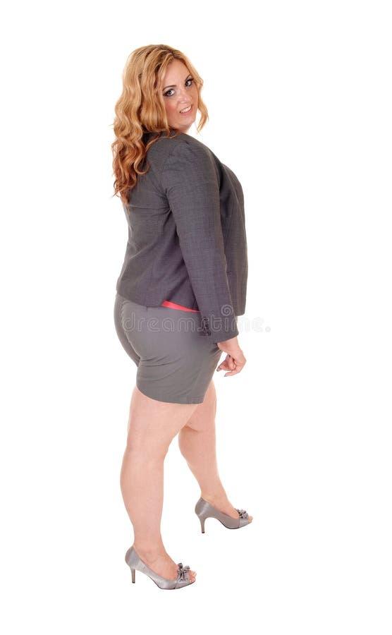 站立简而言之的正大小妇女 免版税库存照片