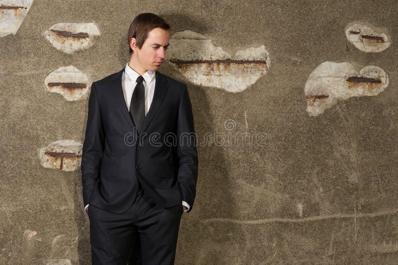 站立英俊的年轻的商人户外 库存图片