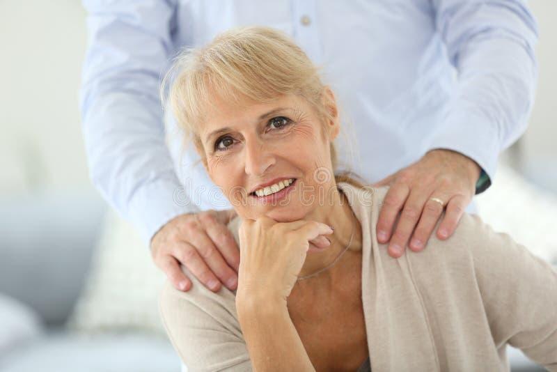 站立资深妇女和的丈夫画象后边 免版税库存图片