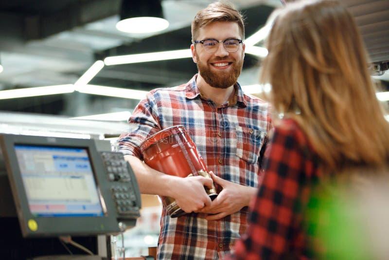 站立近的出纳员` s书桌的人在超级市场商店 免版税库存图片