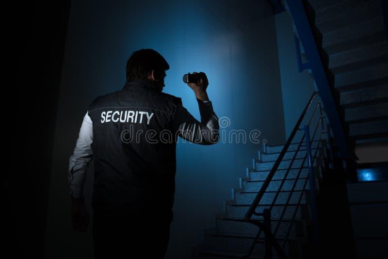 站立近的楼梯的治安警卫 库存照片