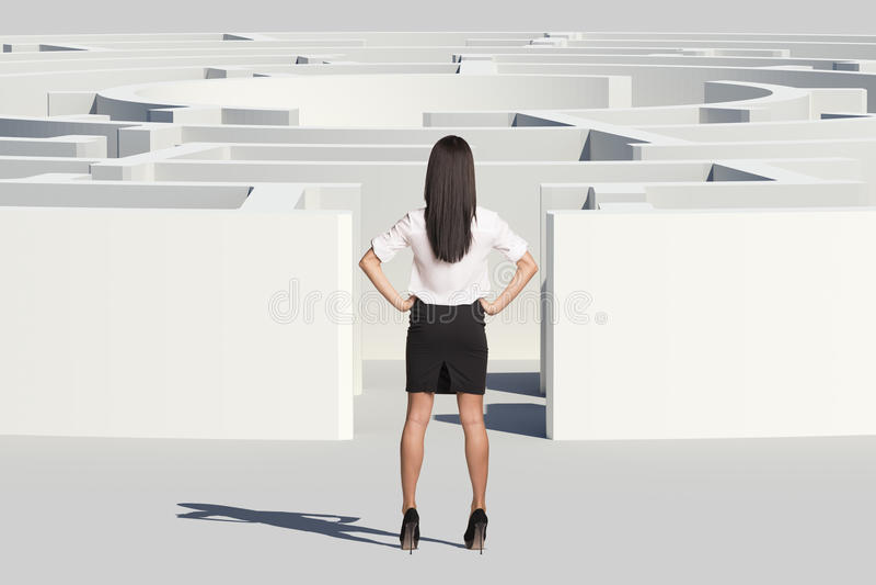 站立近的迷宫入口的女实业家 图库摄影