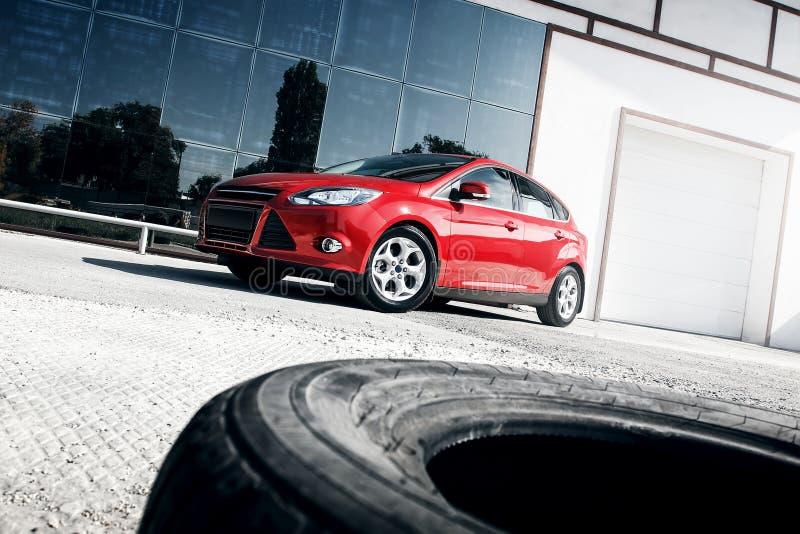 Download 站立近的镜子修造的红色汽车 库存照片. 图片 包括有 反映, 空间, 视图, 城市, 红色, 汽车, automatics - 72370414