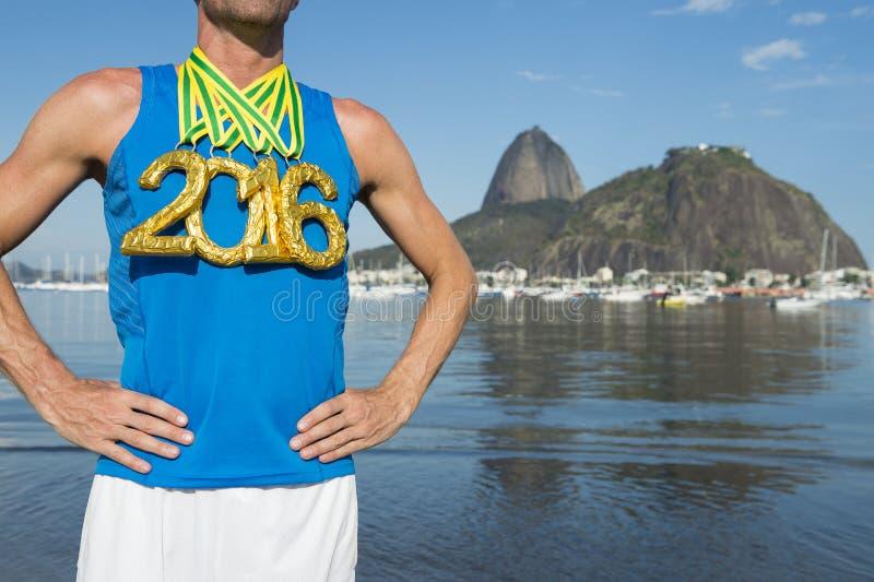 站立里约热内卢的金牌2016年运动员 库存图片