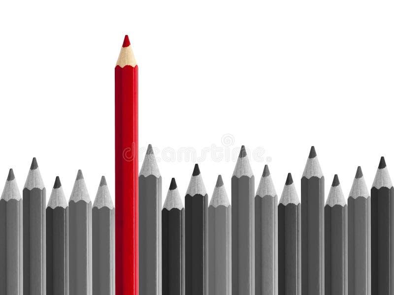站立从人群的红色铅笔被隔绝 免版税库存照片