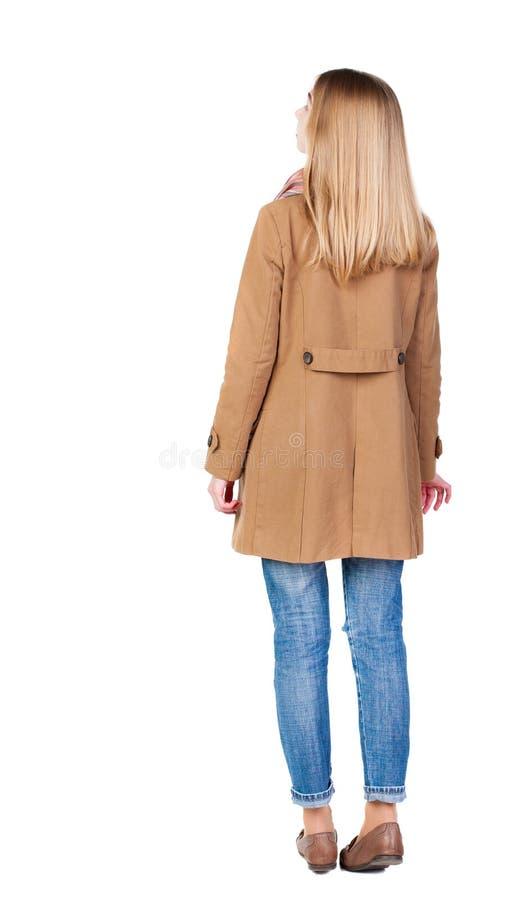 站立年轻美丽的白肤金发的妇女后面看法在棕色克洛 免版税库存照片