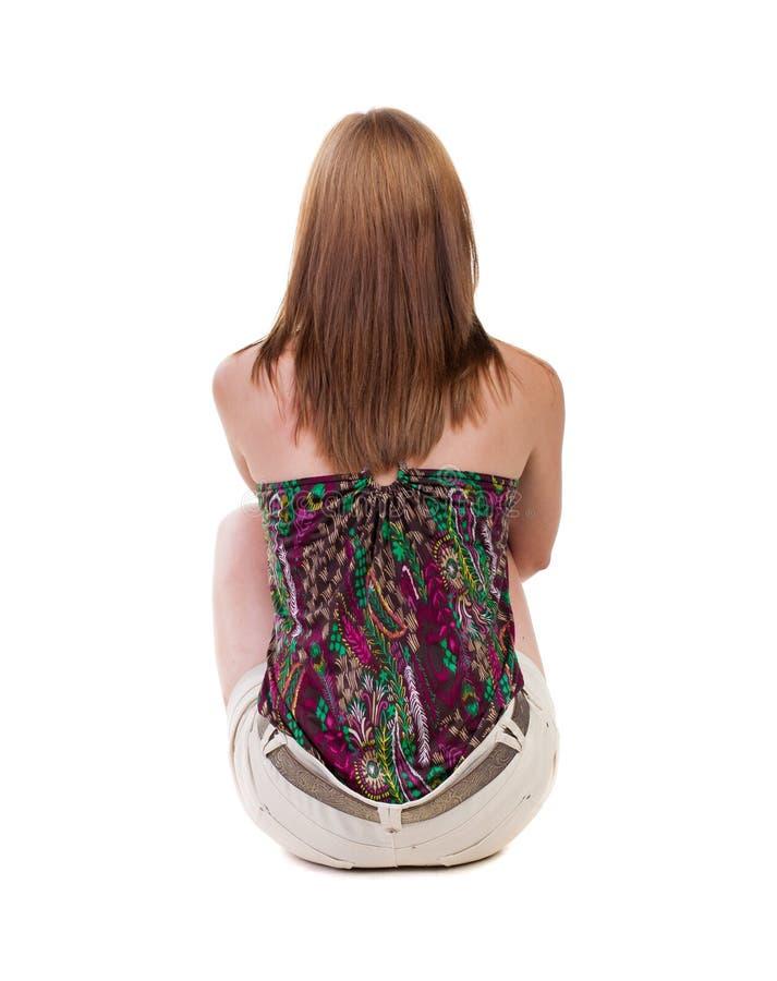 站立年轻美丽的白肤金发的妇女后面看法简而言之si 免版税库存照片