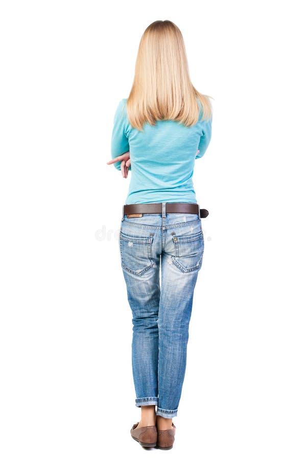 站立年轻美丽的白肤金发的妇女后面看法 库存图片