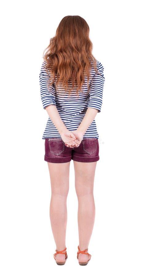 站立年轻美丽的红头发人妇女后面看法 库存图片