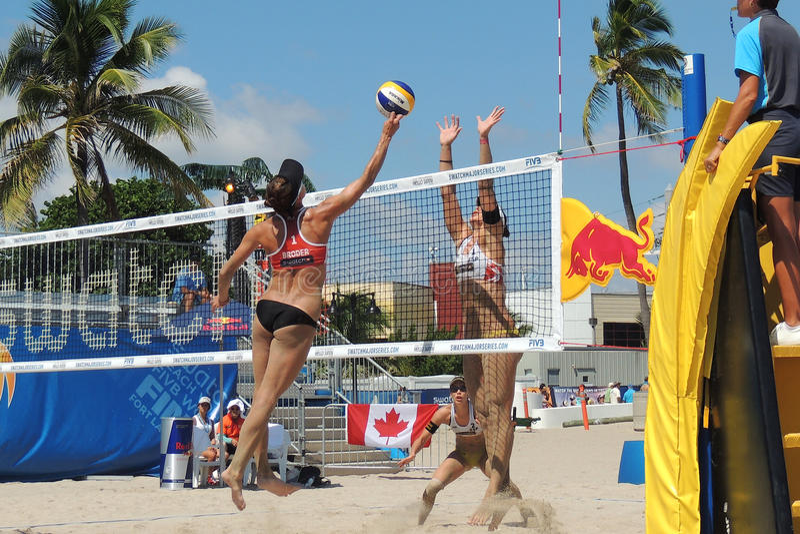 竞争在一次专业沙滩排球比赛的妇女 免版税库存图片