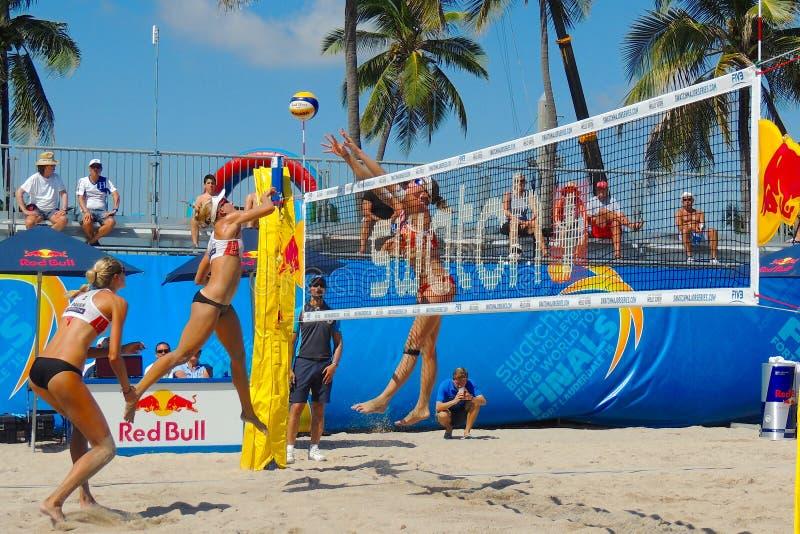 竞争在一次专业沙滩排球比赛的妇女 图库摄影