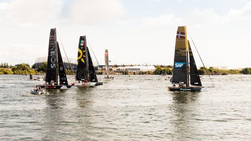 竞争在极端航行的系列的小船在加的夫 免版税库存照片