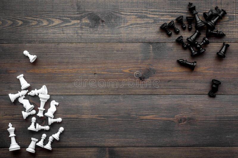 竞争或胜利或者战略概念 在黑暗的木背景顶视图拷贝空间的棋形象 库存图片