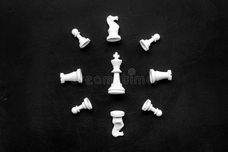 竞争或胜利或者战略概念 在黑背景顶视图样式拷贝空间的棋形象 库存图片
