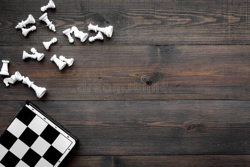 竞争或胜利或者战略概念 棋盘和棋形象在dak木背景顶视图拷贝空间 免版税库存图片