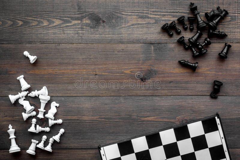 竞争或胜利或者战略概念 棋盘和棋形象在dak木背景顶视图拷贝空间 免版税库存照片